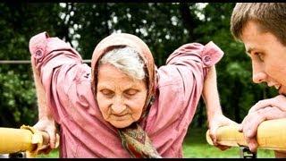 72-летняя бабушка удивляет на площадке. 72-year-old grandmother.