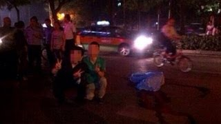 Without conscience! Two Chinese men took a photo with a dead body like tourists.
