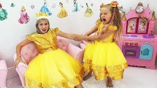 डियेना और मैगी कलर गुब्बारों के साथ खेलने और आनंद लेने का दिखावा करते हैं