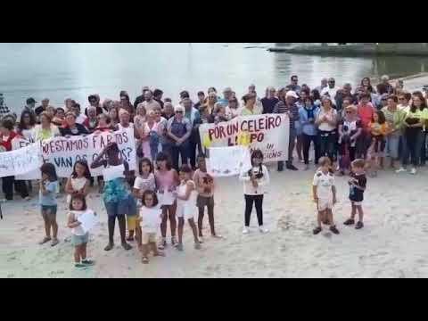 Los vecinos de Celeiro protestan en la playa por la contaminación del agua
