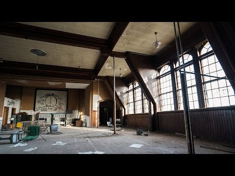 Exploring an Abandoned Mental Hospital - Chased by Bats