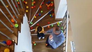 Merdivenden ve kaydıraktan 100'lerce renkli topu yuvarlıyoruz
