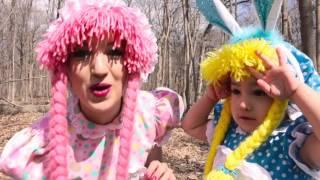 Buscando los Huevitos del Conejito Easter thumbnail