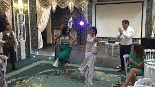 Цыганка танцует на свадьбе