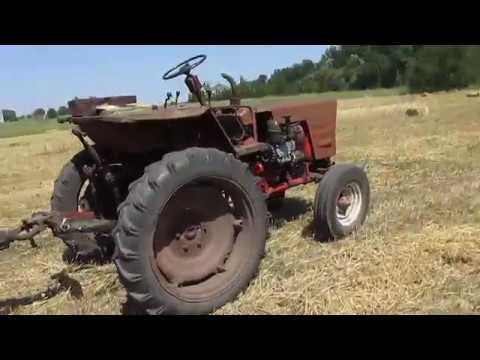 Трактор т 25 помогает . Перевозка соломы. Мал да удал))))