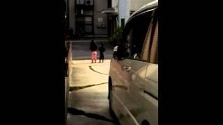 駐車場で踊ってたのをこっそり撮影しようとしたけど、すぐにバレちゃい...