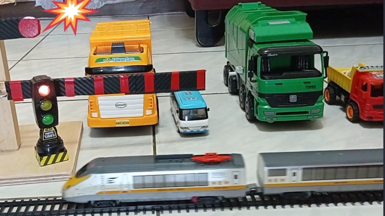 垃圾車收垃圾和火車平交道    垃圾車影片    火車平交道聲音    玩具車車    Garbage truck toy