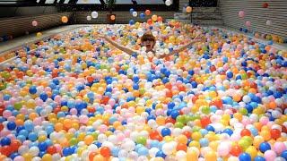 水入りのプールにカラーボール50,000個入れたら水面見えなくなった