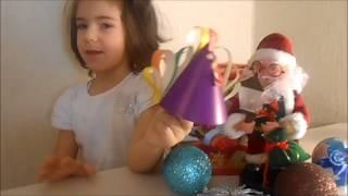 Машенька делает поделку на Новый год. Петух из картона и цветной бумаги.