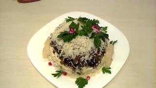 Очень вкусный салат  с курицей, ананасами, сыром и грецкими орехами.