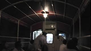 トロッコ列車でトンネルの中を通過する。