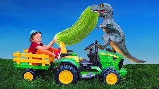 Лёва на ферме собирает огурцы и весело играет с динозавриком и трактором
