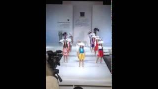 Детский показ в Москве: девочка в платье цветов флага Украины имитирует самоубийство(, 2014-08-20T07:47:21.000Z)