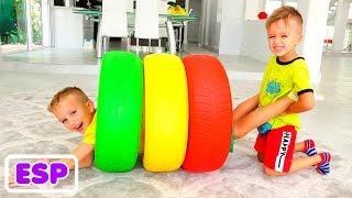 Nikita y Vlad juegan con ruedas de colores