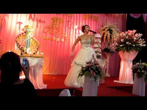 Cô dâu hát cực sung trong đám cưới của mình
