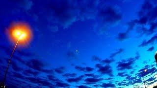 Красивое Вечернее Синее Небо в Облаках. Движение Облаков по Небу Вечером. Футаж Красивое Синее Небо