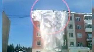 Уборка снега по-якутски: трех человек снесло с крыши лавиной(В Якутии уборка снега едва не закончилась трагедий. Молодые люди решили подработать, и согласились за три..., 2016-03-04T13:33:42.000Z)