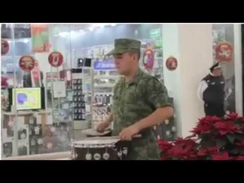 ➨Un Militar empieza a tocar... y mira lo que sucede |☛【Tienes Que Verlo】 #TienesQueVerlo