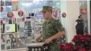 ➨Un Militar empieza a tocar... y mira lo que sucede |☛【Tienes Que Verlo】 #TienesQueVerlo thumbnail