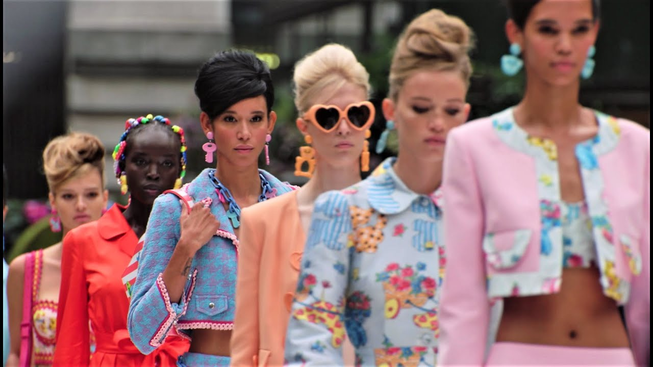 """Download """"Ladies who lunch"""" - Moschino Spring Summer 2022 fashion show"""