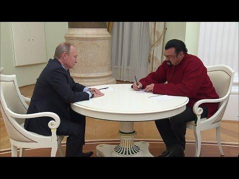 Vladímir Putin entrega el pasaporte de Rusia al actor Steven Seagal