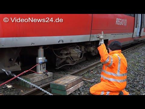 03.01.2018 - VN24 - Aufgleisen eines Zuges nach Entgleisung - Baumstamm lag auf den Schienen