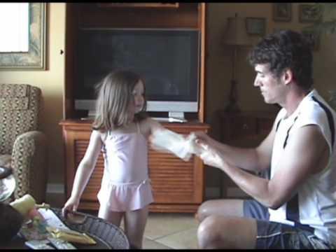 シェイディ日日焼け止めワイプは小さな浜の女の子を幸せにします。 [2:10x360p]