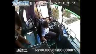 Conductor Chino de autobús cumple con su deber hasta su ultimo aliento.