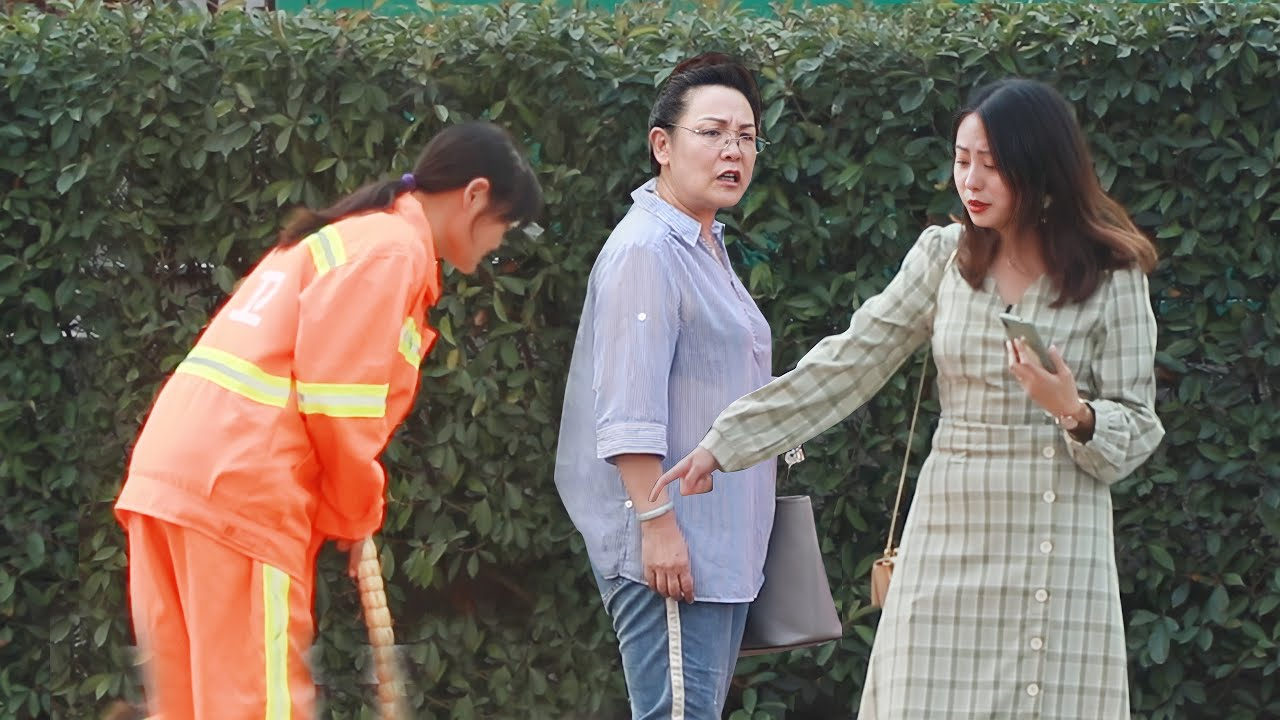 Sanitation Worker Is Scolded by a Savage Girl (Social Experiment) 当刁蛮女生为难环卫工人... #Shorts