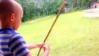 Как сделать самодельный лук и стрелы(В этом видео я со своим братом покажу как сделать лук и стрелы., 2014-09-29T10:59:28.000Z)
