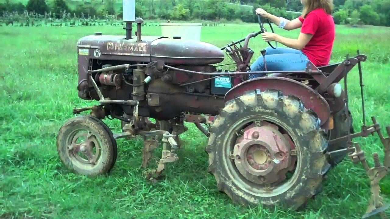 International Harvester Mccormick Farmall Super A - 109 - Driving