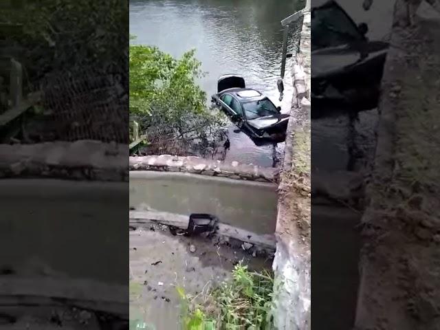 Motorista perde controle de veículo e cai no Rio Maragogi.