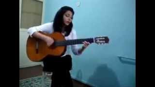Таджикская девушка играет на гитаре