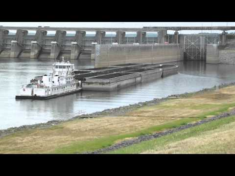TUG MANUEVERS BARGES UP TO PARK AT LOCK GATE