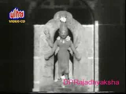 संथ वाहते कृष्णामाई --  स्वर - सुधीर फडके: Sudhir Phadke sings for Raja Paranjpe G.D.MADGULKAR DATTA DAVJEKAR संथ वाहते कृष्णामाई  तीरावरल्या सुखदुःखाची, जाणीव तिजला नाही  नदी नव्हे ही निसर्ग नीती, आत्मगतीने सदा वाहती लाभहानिची लवही कल्पना, नाही तिज ठायी  कुणी नदीला म्हणती माता, कुणी मानिती पूज्य देवता  पाषाणाची घडवुन मूर्ती, पूजित कुणी राही  सतत वाहते उदंड पाणी, कुणी न वळवुन नेई रानी आळशास ही व्हावी कैसी, गंगा फलदायी ?         गीत - ग. दि. माडगूळकर  संगीत - दत्ता डावजेकर  स्वर - सुधीर फडके  चित्रपट - संथ वाहते कृष्णामाई (१९६७)  राग - वृंदावनी सारंग (नादवेध