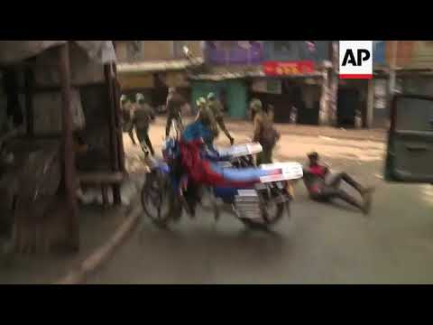Kenyan police and protesters clash in Nairobi neighbourhood