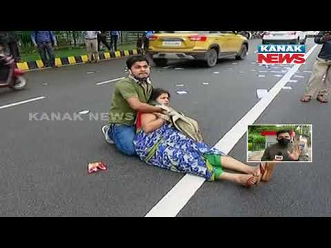 Download Commotion Outside Odisha Assembly: Police Rescue The Woman And Take The Youth Into Custody