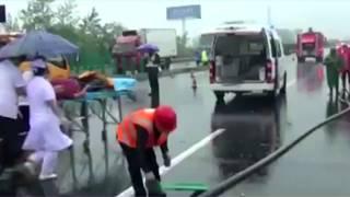 شاهد.. تصادم مجموعة شاحنات على طريق سريع