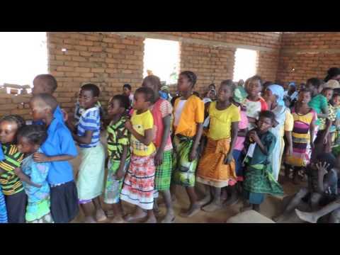Crianças louvando na Aldeia de Gola (Malawi)