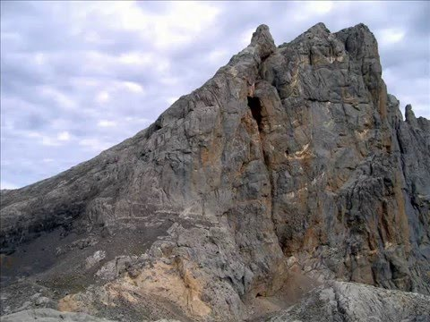 MONTAÑA. Refugio de CABAÑA VERÓNICA desde El Cable (Picos de Europa)