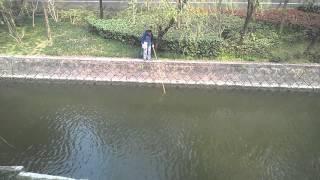 Рыбак с электроудочкой Китайская электроудочка на реке Браконьер(, 2016-03-21T15:36:38.000Z)