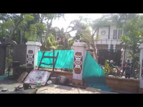 Wow! Ormas Paksakan Pasang Bendera di Asrama Papua Surabaya