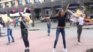 Литовские девушки танцуют в центре Риги в поддержку своей сборной