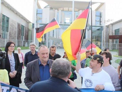 VOR ORT AKTUELL - MERKEL-MUSS-WEG-MITTWOCH VOM 18.APRIL IN BERLIN - MITTE. MIT LEYLA BILGE , ... .