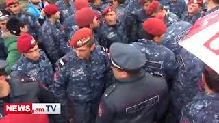 Դիմակավորված ոստիկաններն ուժի կիրառմամբ ցուցարարների են բերման ենթարկում