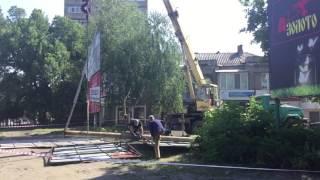 В центре Славянска демонтируют рекламные щиты
