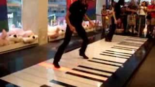 CLASSICAL MUSIC: tocando música com os pés
