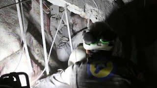 شاهد: تدخل القبعات البيضاء لنجدة مدنيين من تحت الانقاض إثر قصف إدلب…
