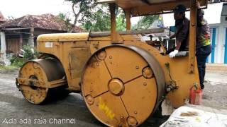 Tendem Roller / Gilis aspal Sedang mengelus jalan