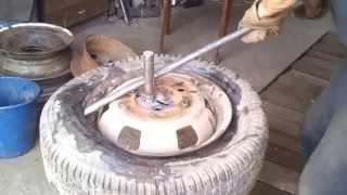 самодельный шиномонтаж(самодельные приспособления для снятия и установки покрышек на диски легковых авто. 5 минут на одно колесо...., 2014-05-13T14:44:50.000Z)